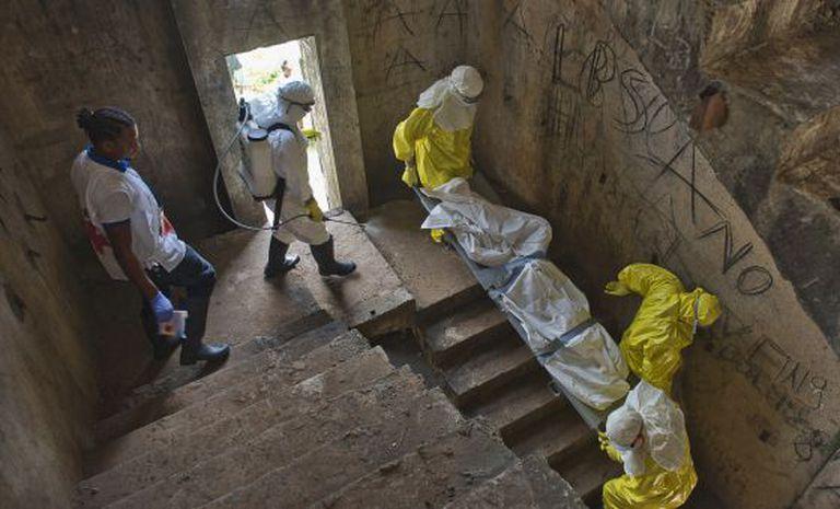 Retirada de cadáver de um imóvel em Monróvia, capital da Libéria.