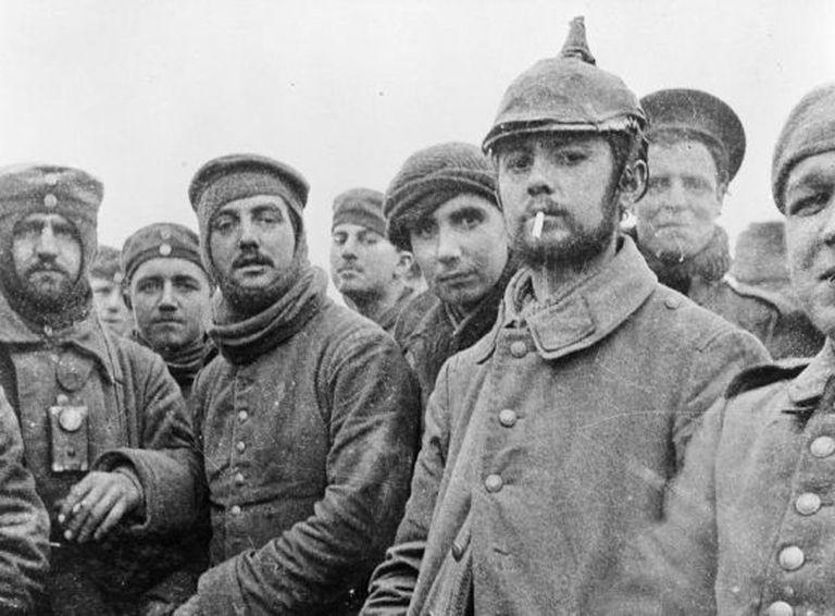 Foto de soldados alemães e britânicos na Bélgica durante a Trégua de Natal de 1914.