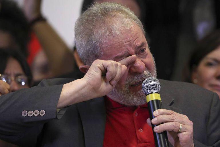 Lula chora durante sua fala nesta quinta.