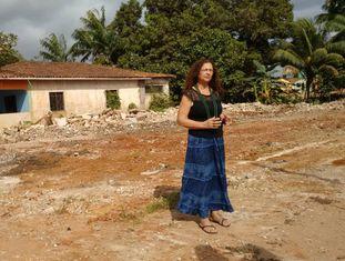 Antônia Melo da Silva, em sua casa, dias antes de ser demolida.