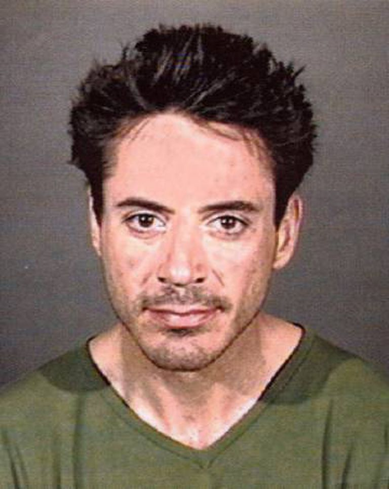 Durante anos, esta foi a imagem que Hollywood teve de Robert Downey Jr: a da ficha policial. A foto é da primavera de 2001, quando ele foi preso por posse de drogas.