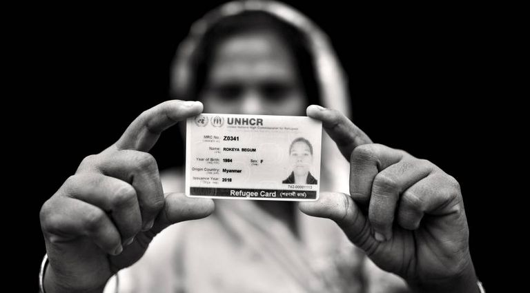 Refugiada rohingya mostra seu documento de identidade em Bangladesh.