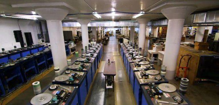 Interior da fábrica de cassetes da National Áudio Company.