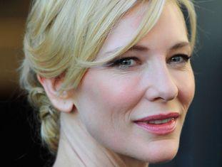 """Cate Blanchett para a Vanity Fair sobre cirurgias plásticas: """"Nunca fiz nenhuma, mas quem sabe. Pessoalmente, não acho que as pessoas pareçam melhores depois da cirurgia, só parecem diferentes... E se fazem apenas por medo, esse medo continuará em seus olhos""""."""