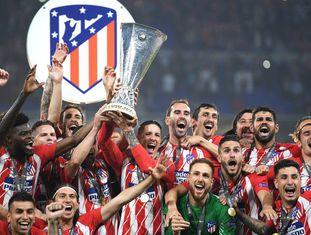 Fernando Torres e Gabi levantam a taça de campeão da Liga Europa.