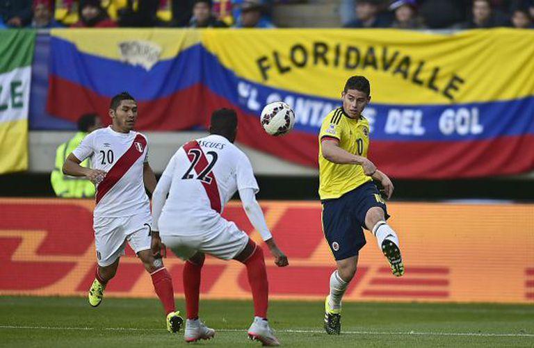 James faz cruzamento entre Sánchez e Ascues.