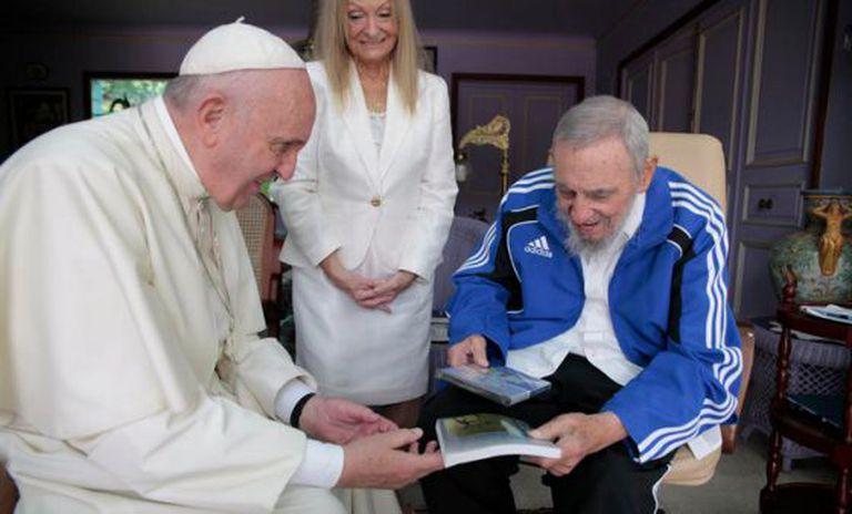Fidel entrega ao Papa, diante de esposa Dalia, livro de Frei Betto, 'Fidel e a Religião'.