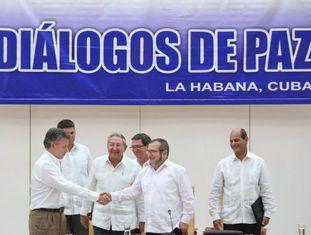 Santos e Timochenko se cumprimentam em Havana.