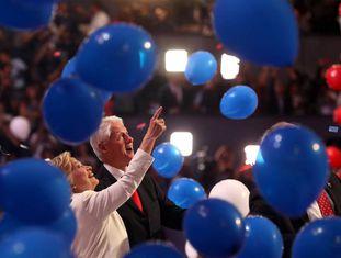 Hillary e Bill Clinton observam os balões que invadiram o palco da Filadélfia.