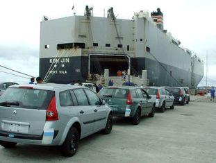 Carros embarcam no Porto de Paranaguá, no Sul do Brasil.
