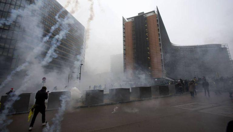 Os manifestantes de extrema direita, em frente à Comissão Europeia.