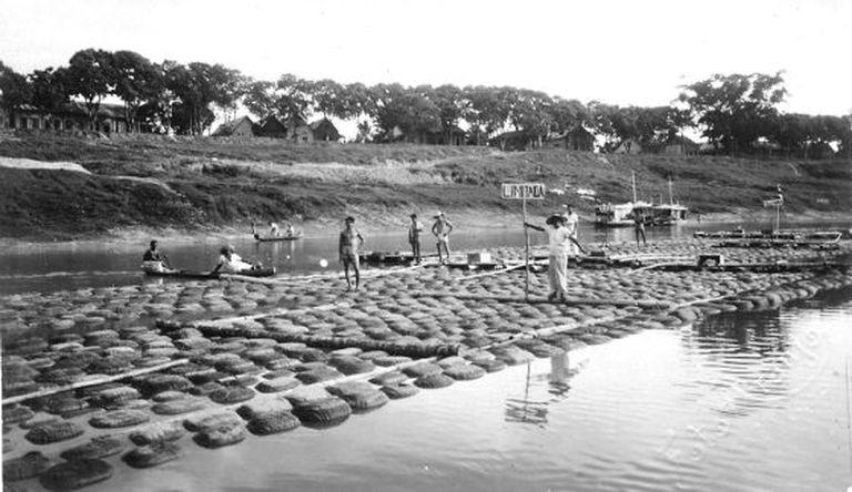Balsa transportando borracha no Rio Acre.