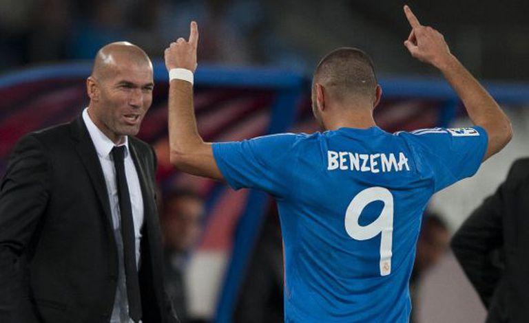 Benzema comemora com Zidane seu gol contra o Almeria.