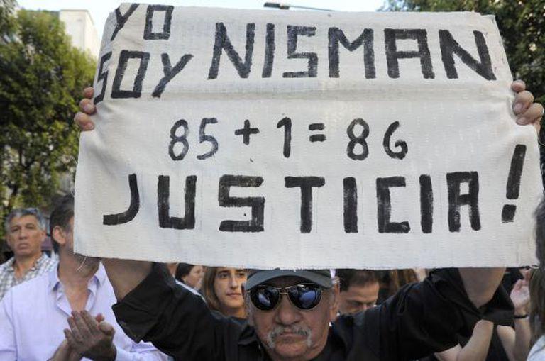 Um homem manifesta-se nesta quarta-feira em frente à sede da AMIA.