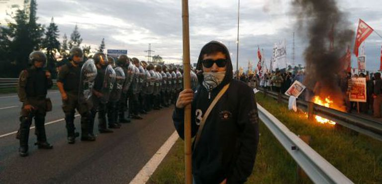 Policiais e manifestantes argentinos frente a frente nesta quinta-feira em uma estrada de Buenos Aires.