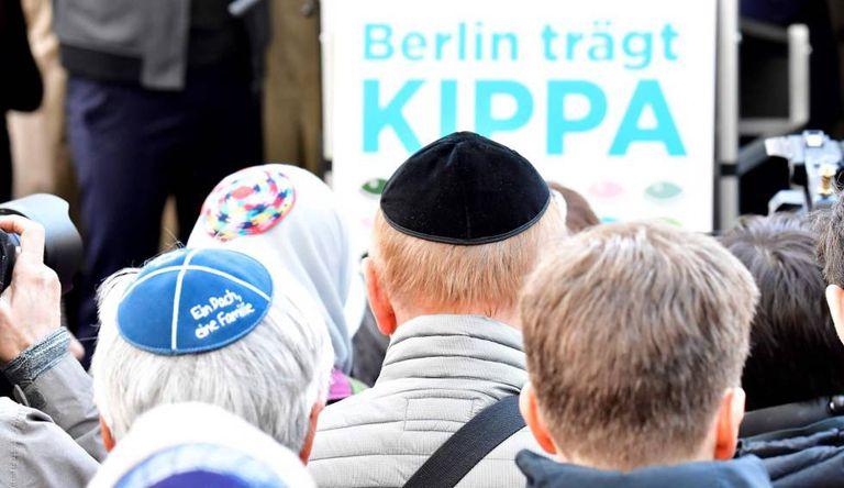 Manifestantes com quipá em Berlim, em 25 de abril de 2018.