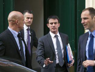 Manuel Valls ao sair de sua casa, em Paris.
