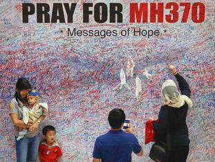 Mulher deixa uma mensagem de apoio em Kuala Lumpur.