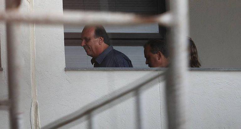 O governador do Rio, Luiz Fernando Pezão, caminha nas instalações da Polícia Federal.