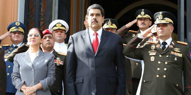 Nicolás Maduro ao lado do ministro da Defesa da Venezuela, general Vladimir Padrino Lopez e a primeira-dama, Cilia Flores.