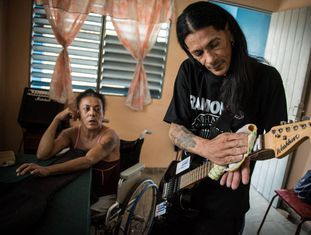 Yohandra e Gerson, em sua casa, em um antigo sanatório de HIV em Cuba.