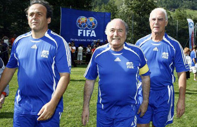 Platini, Blatter e Beckenbauer, num jogo-exibição na Suíça, em 2007.