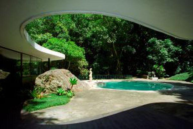 Piscina da Casa das Canoas, de Oscar Niemeyer, no Rio de Janeiro.