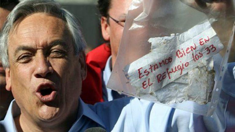 """O ex-presidente chileno com a mensagem dos mineiros, quando descobriu-se que estavam vivos: """"Estamos bem no refúgio, os 33""""."""