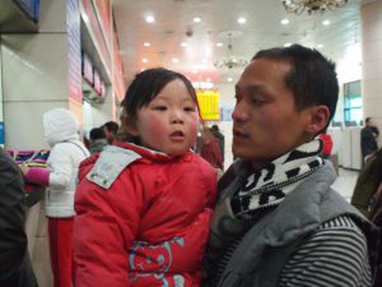 Zhang Wuju e Zhang Ruosi, pai e filha de 31 e três anos, viajam de Pequim até Anhui durante 11 horas.