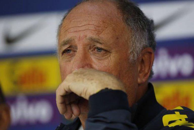 Felipão recebe a imprensa triste, em uma coletiva surpresa.