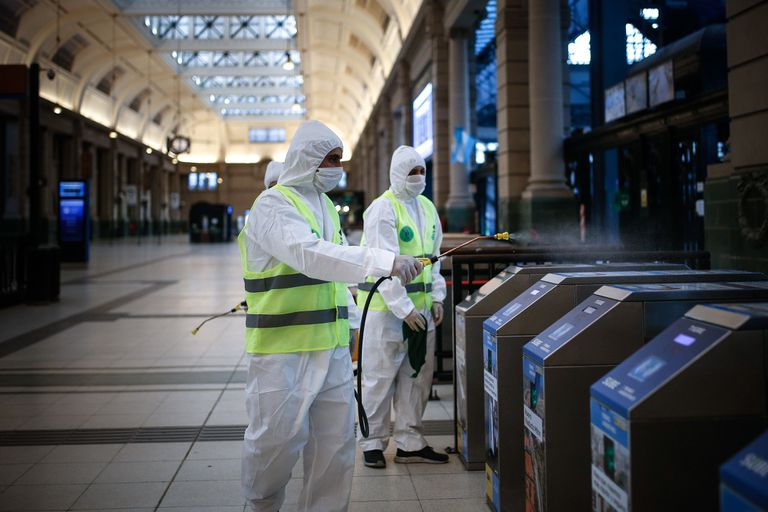 Trabajadores de limpieza desinfectan la estación de trenes de Retiro, en Buenos Aires, el miércoles 8 de abril.