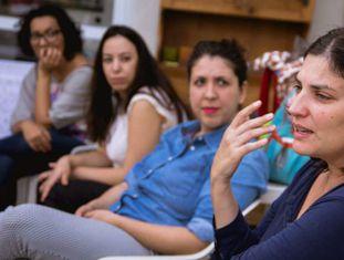 Milena Guiotti (dir) em evento do Cafeína