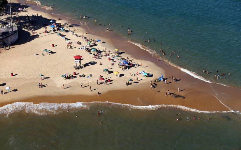 Pessoas voltam a ocupar a praia em Vila Velha, neste domingo.