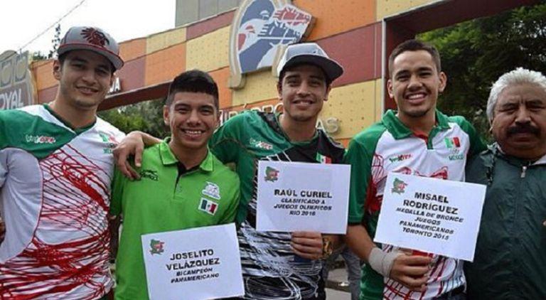 Misael Rodríguez (quarto da direita para a esquerda), durante uma coleta de doações realizada pela Federação Mexicana de Boxe em setembro de 2015.