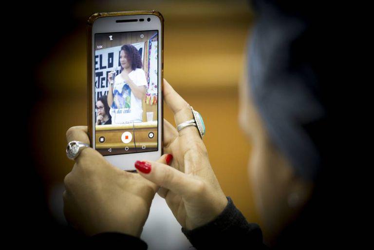 Luciana Pereira Lopes é filmada enquanto discursa, em Goiânia.
