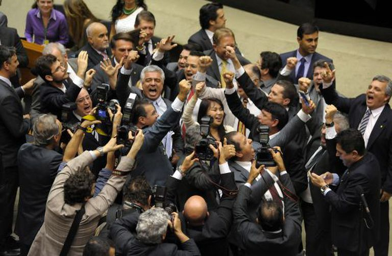 Deputados comemoram aprovação.