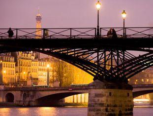 Vista del Pont dê Arts sobre o rio Sena, em París. Ao fundo, a torre Eiffel.