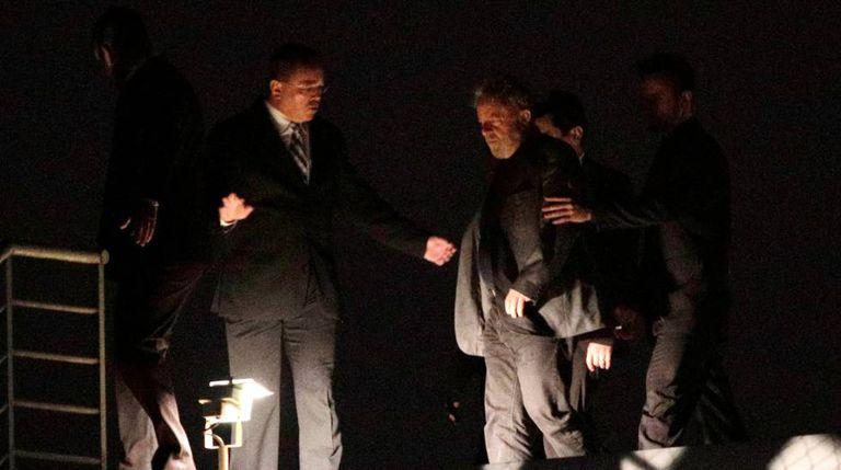 Lula ao chegar à sede da Polícia Federal em Curitiba.