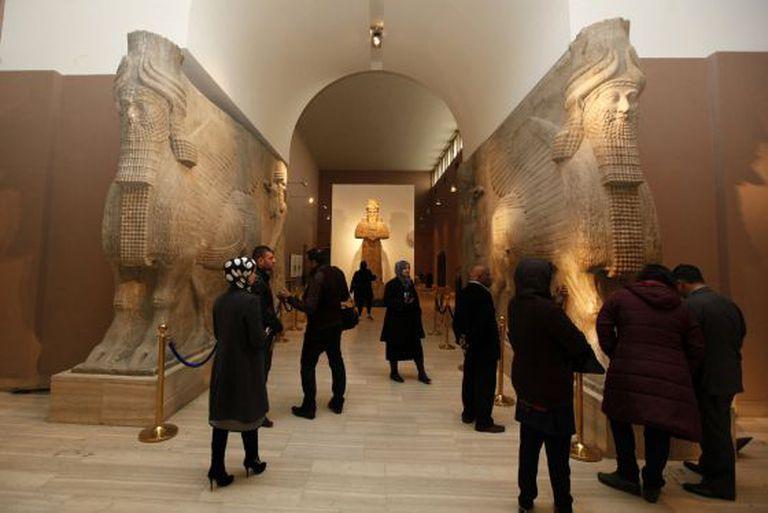 Visitantes observam peças no Museu Nacional do Iraque. / REUTERS