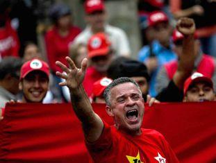 Sindicalistas, movimentos de esquerda e dirigentes do Partido dos Trabalhadores (PT) e simpatizantes de Luiz Inácio Lula da Silva rodeados de fortes medidas de segurança, acompanham em Curitiba o depoimento de Lula ao juiz Sergio Moro.