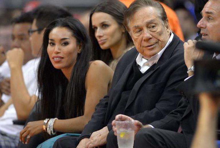 Sterling numa partida dos Clippers ao lado da noiva V. Stiviano.