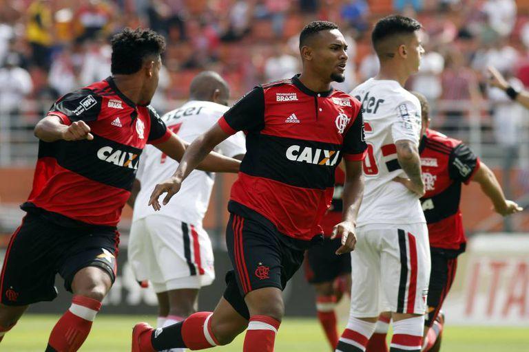 Jogadores do Flamengo e São Paulo durante o jogo da final da Copinha estádio do Pacaembu nesta quinta-feira.