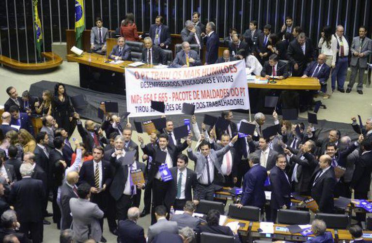 Deputados oposicionistas protestam na Câmara.