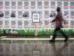Muro cheio de cartazes na avenida Paulista, em São Paulo.