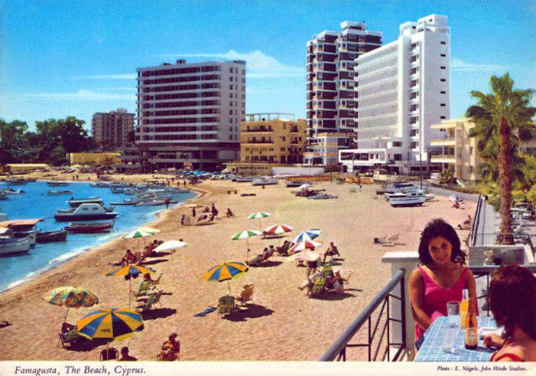Zona de Famagusta, em Varosha, antes da guerra, segundo um cartão postal dos anos sessenta.