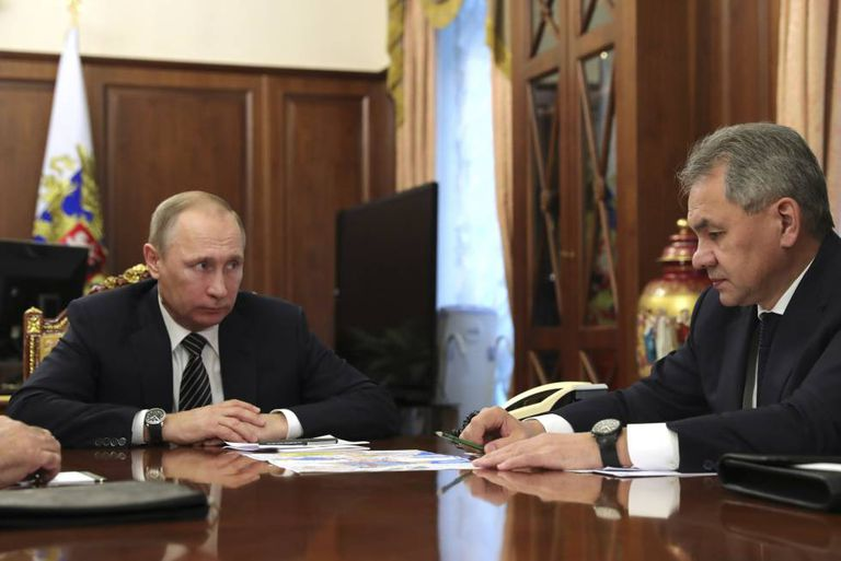 Vladimir Putin, com o ministro da Defesa russo, Serguei Choigu, em Moscou no dia 29 de dezembro.