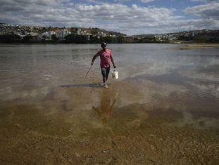 Roberto Carlos, morador de Colatina, não sabe ao certo se a água está contaminada, mas voltou a pescar.