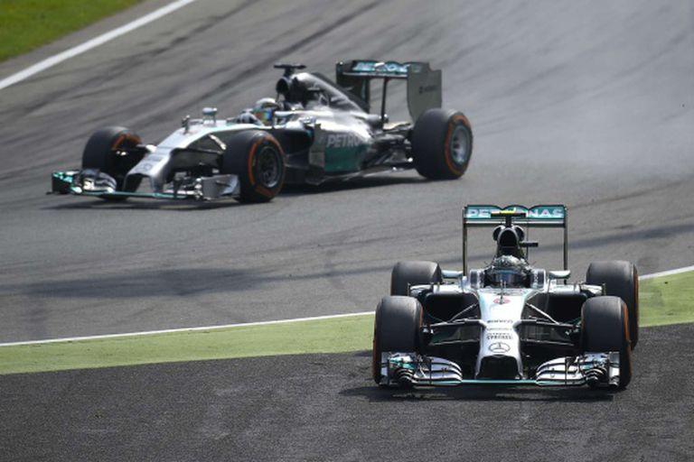 Hamilton ultrapassa Rosberg depois do erro do alemão.
