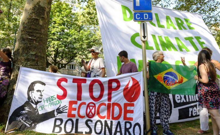 Ativistas fazem protesto na frente da embaixada brasileira em Bruxelas, na Bélgica.