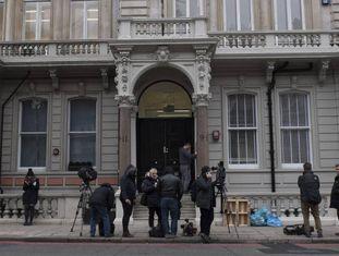 Jornalistas na entrada da companhia de investigação cofundada pelo espião Christopher Steele, nesta quinta-feira em Londres.